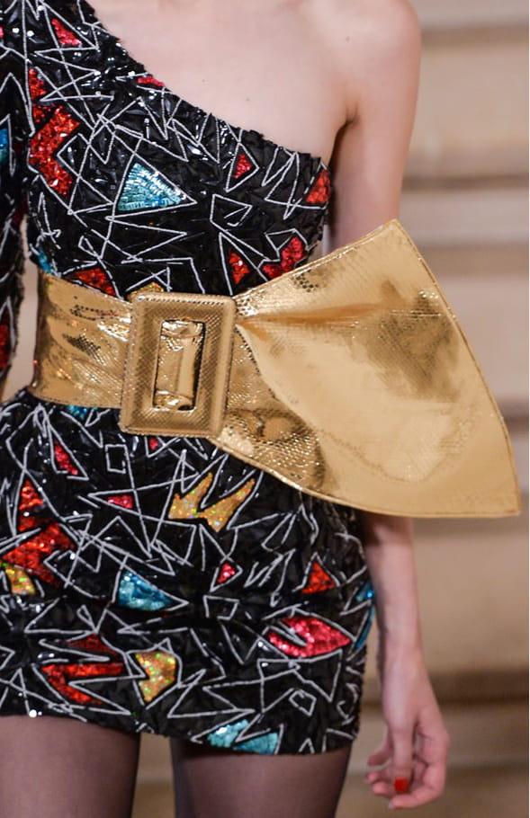 La ceinture lamée or du défilé Saint Laurent