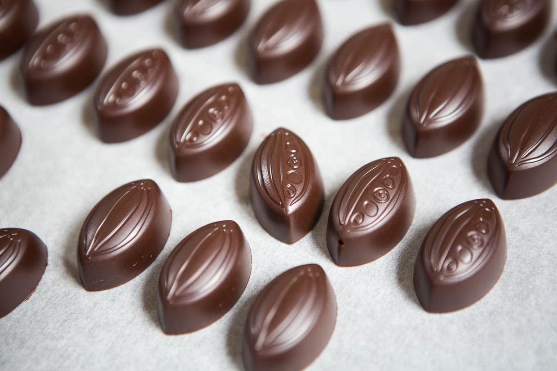 comment faire des bonbons au chocolat fourr s la ganache. Black Bedroom Furniture Sets. Home Design Ideas