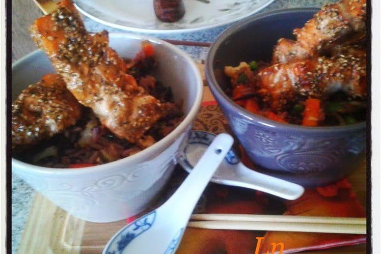 Yakitoris de saumon sésame et pavot, riz frit aux légumes