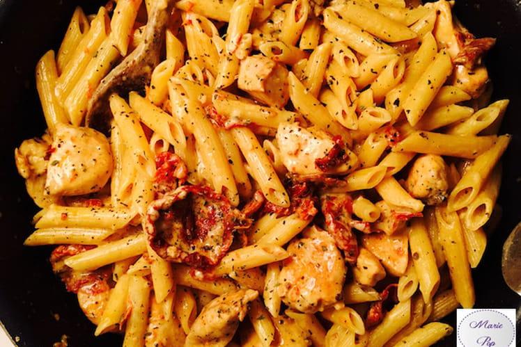 Penne au poulet, mozzarella et tomates confites